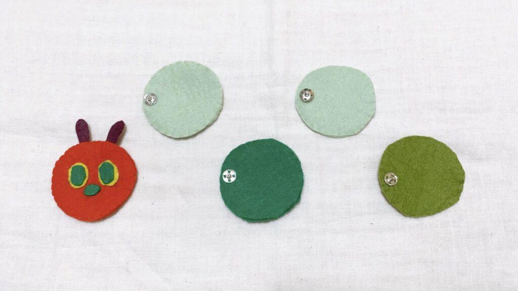 フェルトで手作りしたはらぺこあおむしのボタン付け 赤ちゃんのおもちゃ