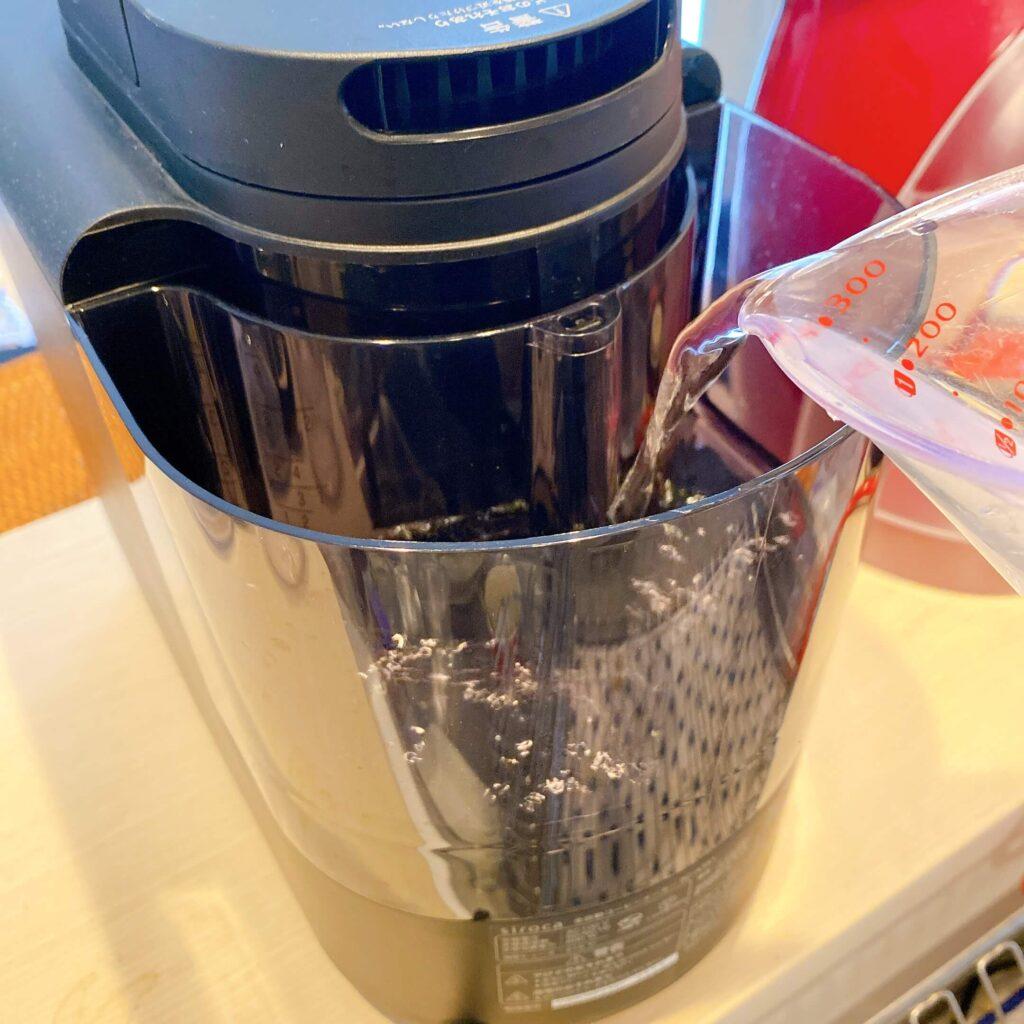 コーヒーメーカーに水を入れる