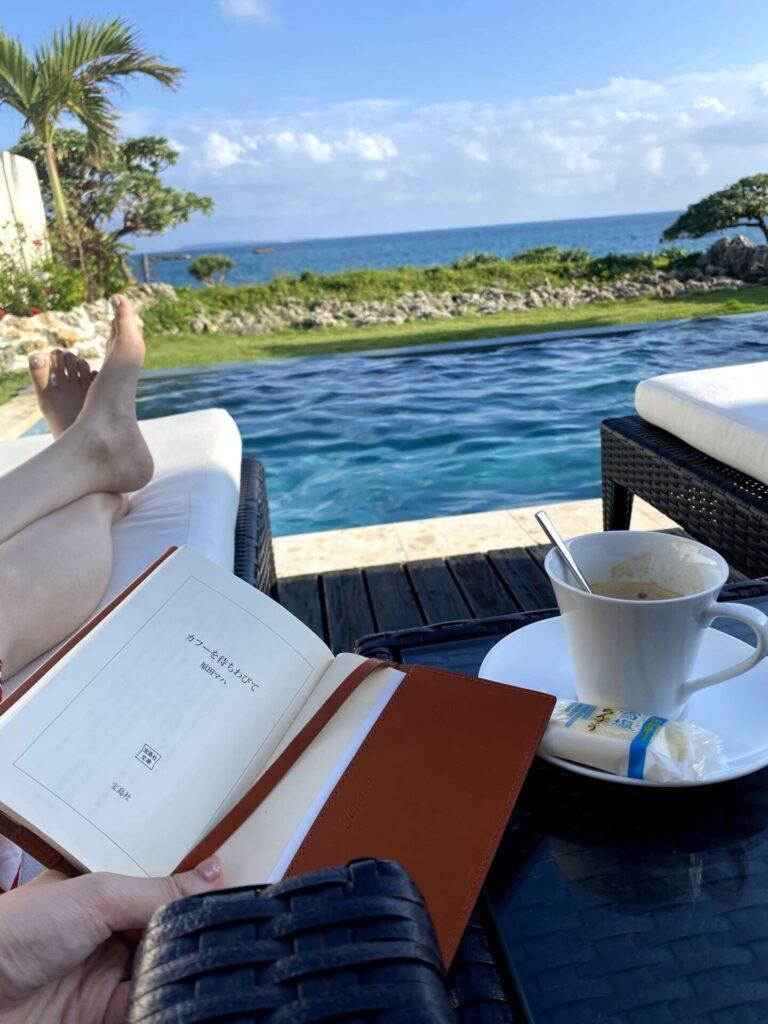 紺碧ザヴィラオールスイートのプールで読書