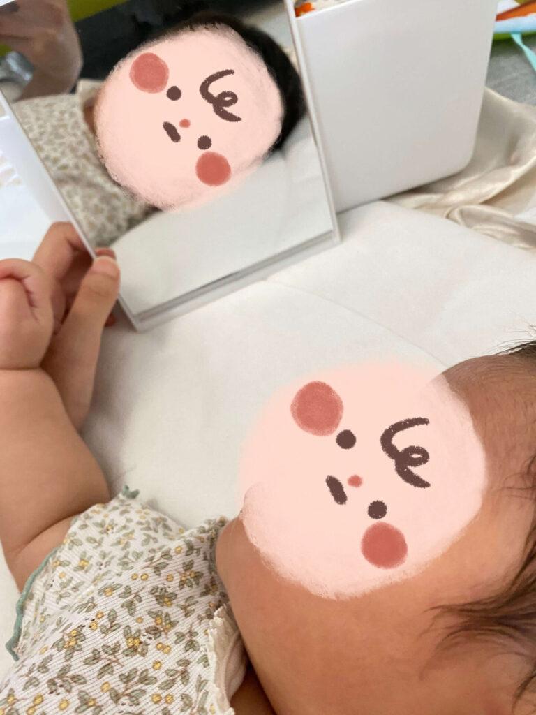 鏡の中の自分を見てる赤ちゃん