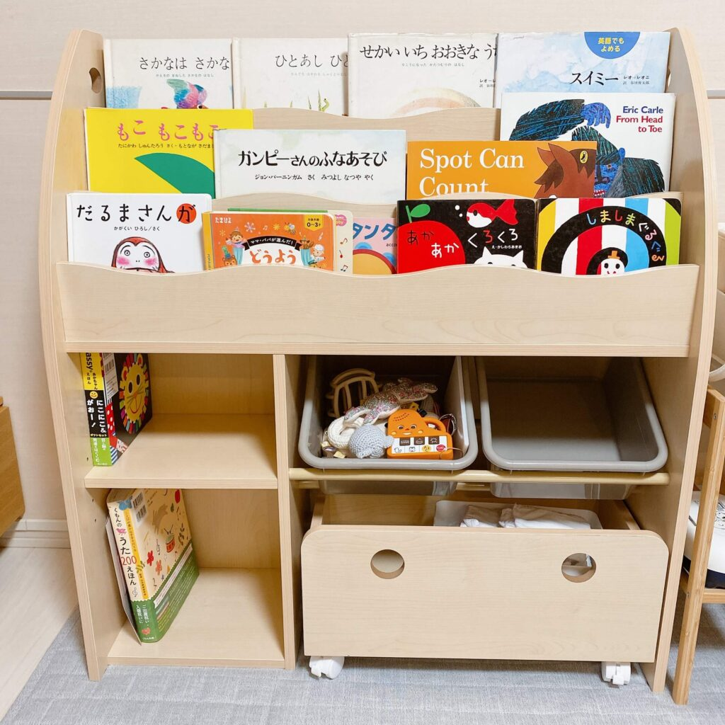 ロウヤの絵本棚に絵本を飾っておもちゃを収納