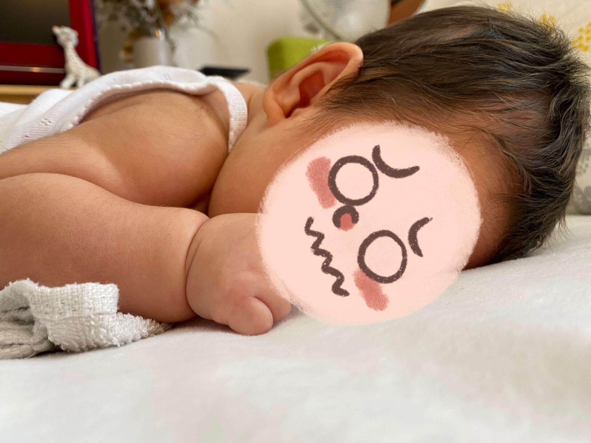 生後40日の赤ちゃんのうつ伏せの様子 まだ頭は上がらない