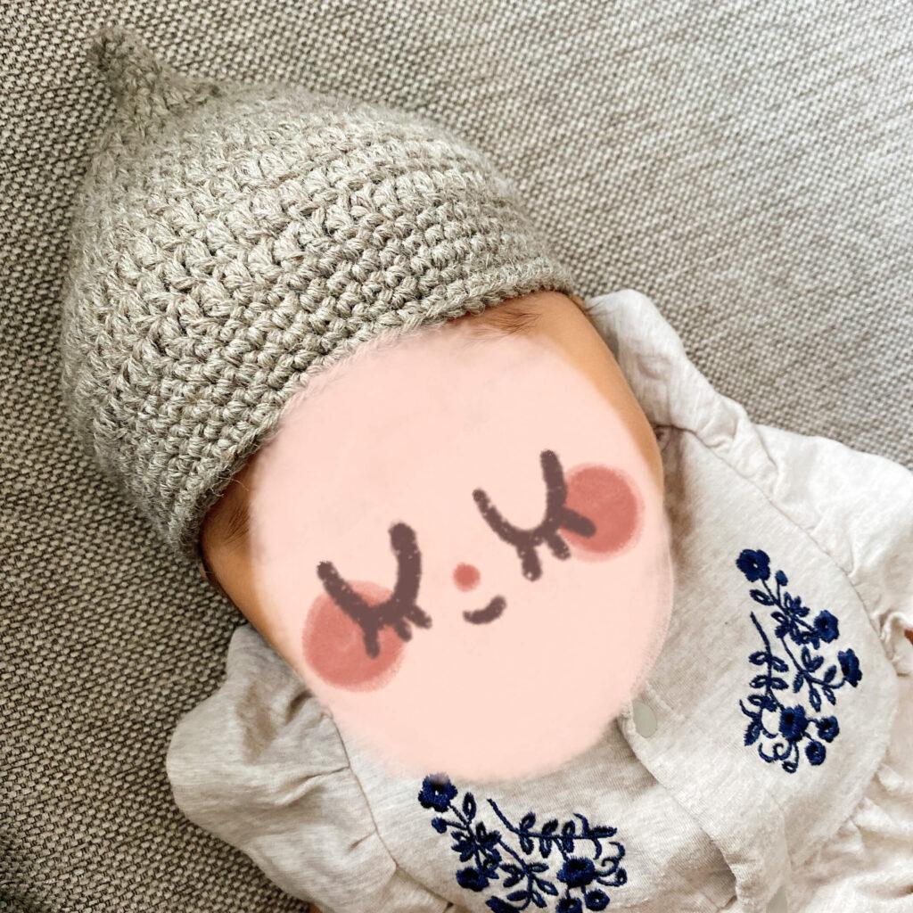 赤ちゃん用の手作りどんぐり帽子をかぶった様子