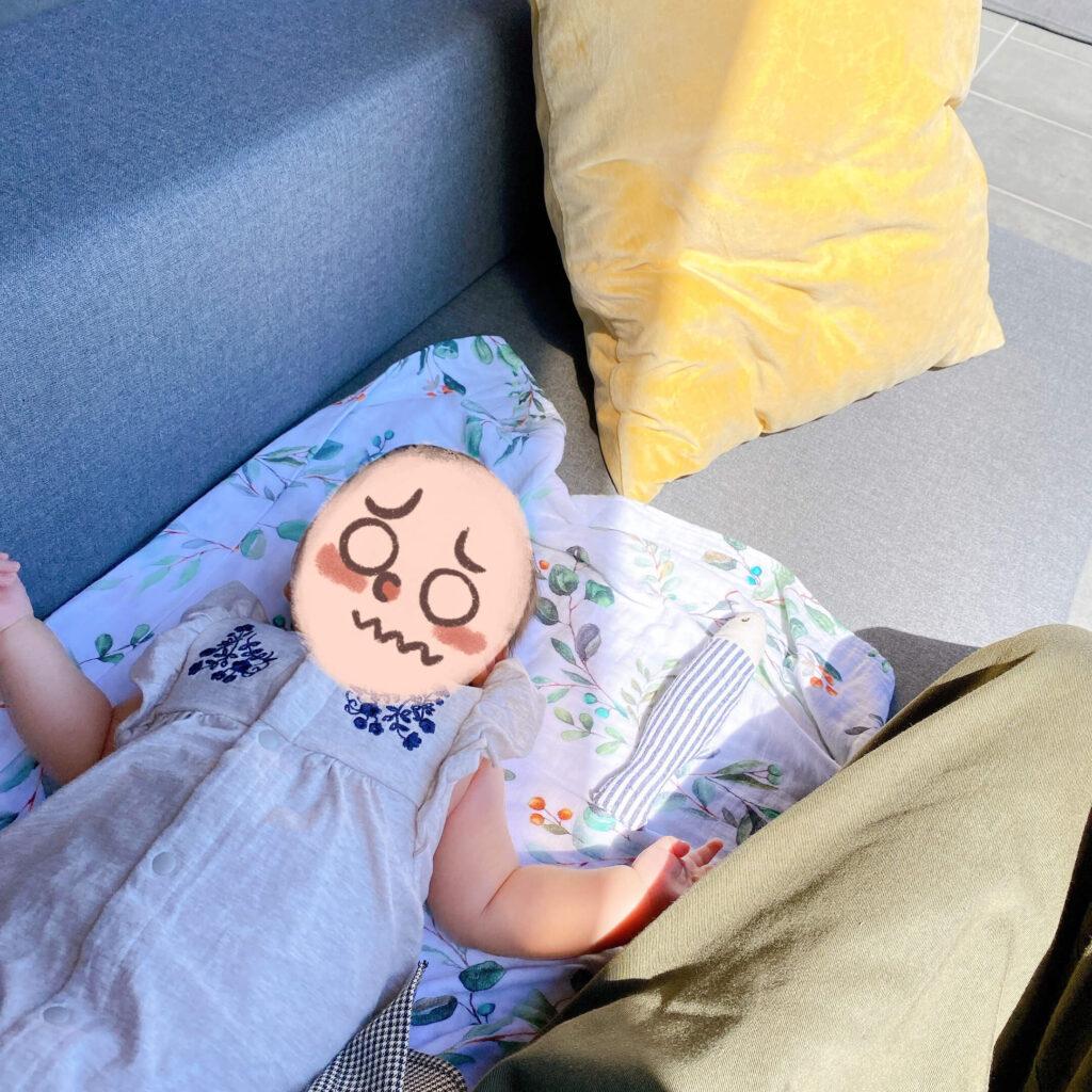 ミモザキッチンのテラス席で赤ちゃんを寝かせる