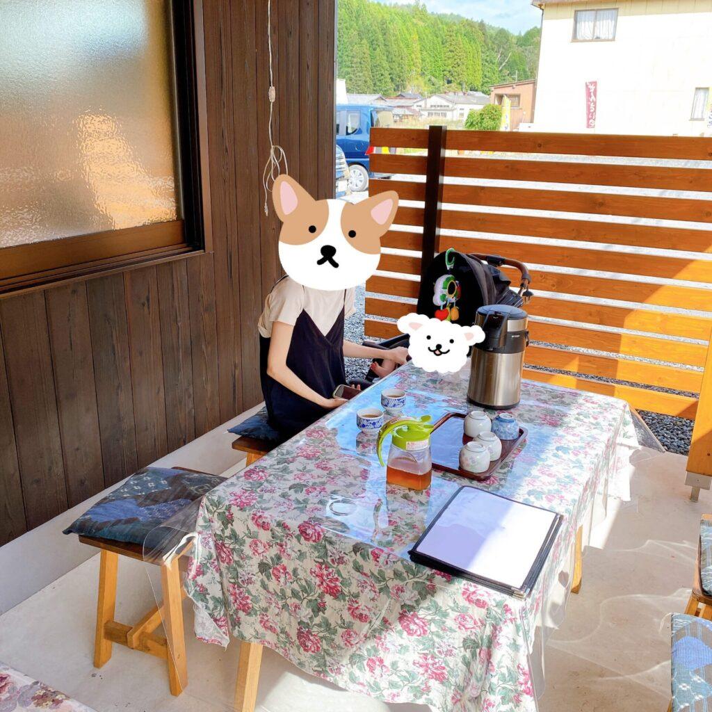 お茶洞之園の外のテラス席